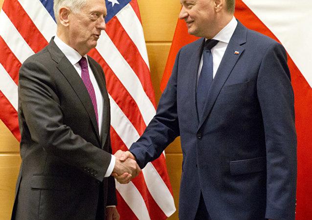 Secretario de Defensa de EEUU James Mattis y Ministro de Defensa de Polonia Mariusz Blaszczak