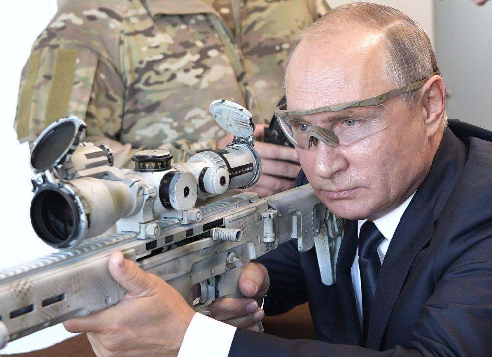 Vladímir Putin dispara con un rifle de francotirador en el parque Patriot.
