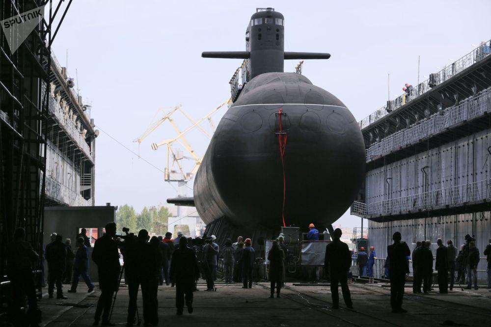 La botadura del submarino diésel-eléctrico Kronshtadt en San Petersburgo.