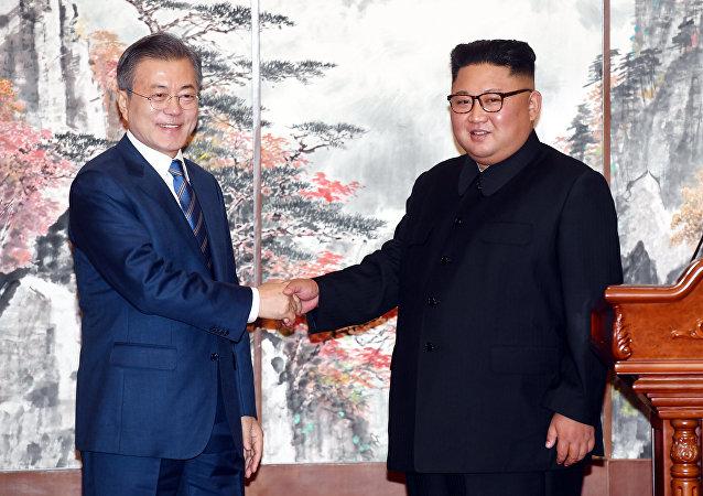 El presidente de Corea del Sur, Moon Jae-in, y el líder de Corea del Norte, Kim Jong-un (archivo)