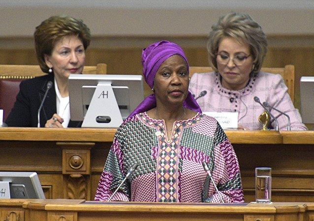 La directora ejecutiva de ONU Mujeres, Phumzile Mlambo-Ngcuka, y la jefa del Senado ruso, Valentina Metvienko (dcha)