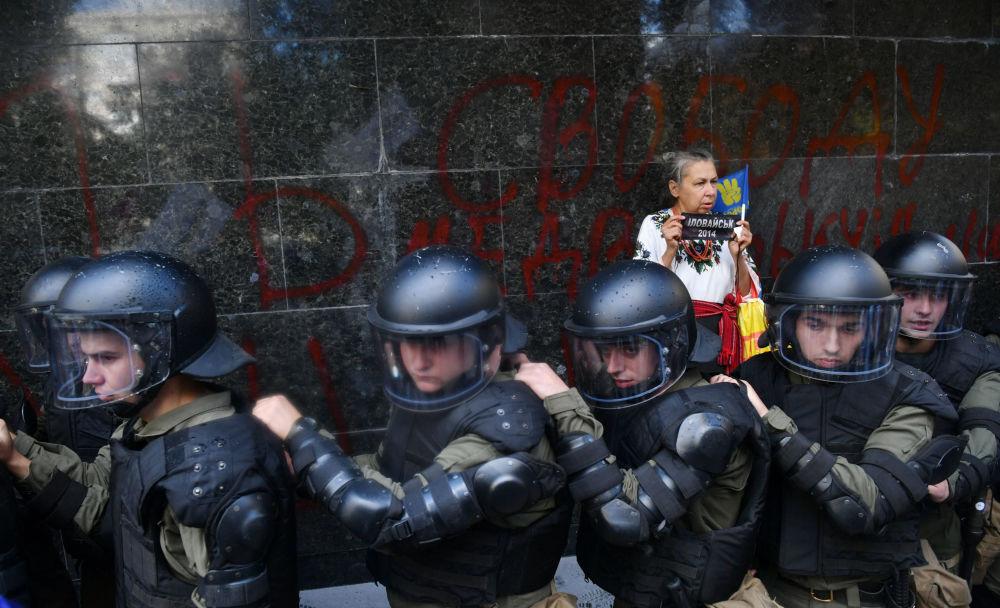 Agentes de policía al lado del edificio de la Fiscalía General de Ucrania.