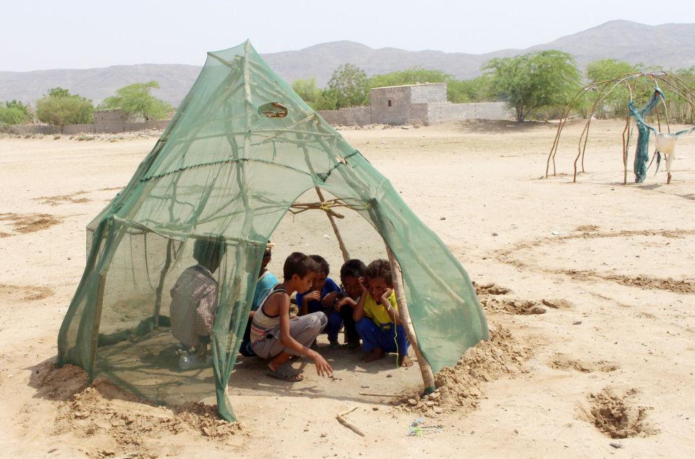 Los niños de la ciudad yemení de Al Hudaida juegan en un campo de refugiados.