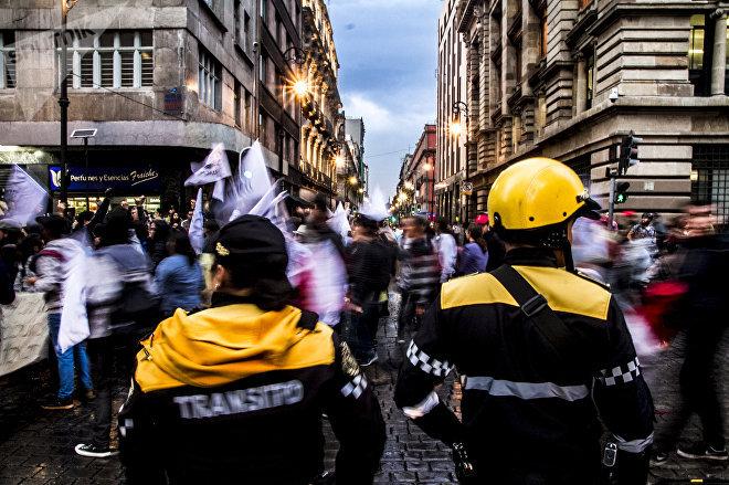 Policías observan a los estudiantes de la Marcha del Silencio 2018 en la Ciudad de México