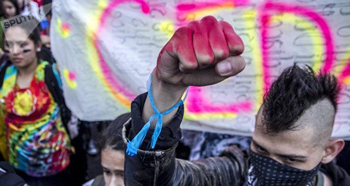 Estudiante del IPN en el Zócalo durante la Marcha del Silencio 2018 en la Ciudad de México.