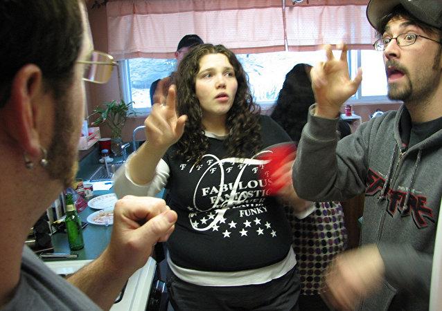 Personas hablando lengua de señas estadounidense