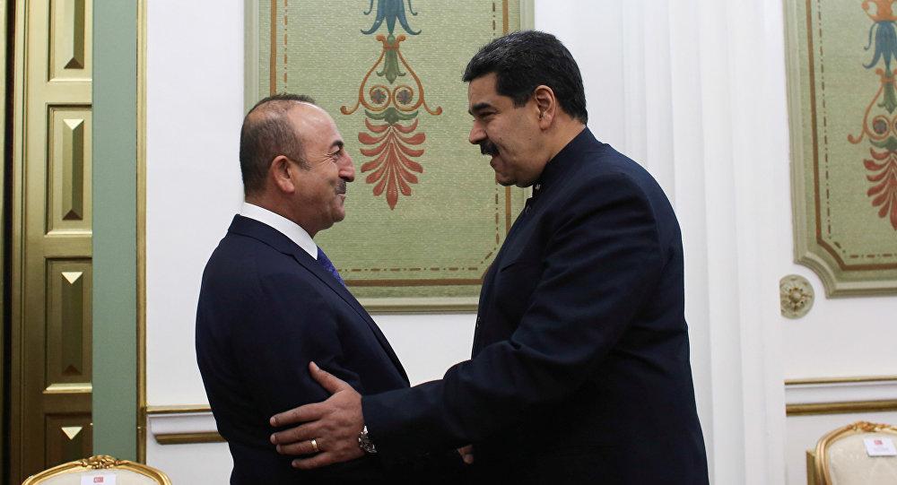 Mevlut Cavusoglu, ministro de Exteriores turco y Nicolás Maduro, presidente de Venezuela