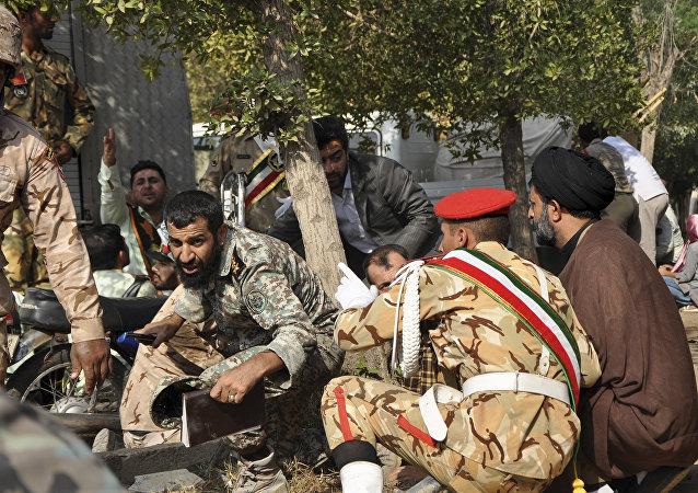 Militares iraníes tras el atentado en Ahvaz durante el desfile militar