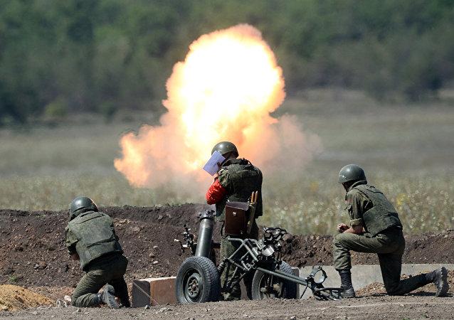 Militares rusos disparan un mortero (archivo)