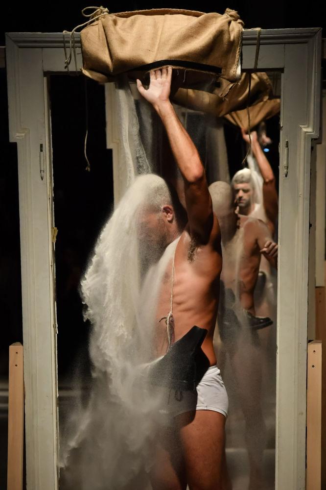 Modelos durante una 'performance' para mostrar la nueva colección de la casa Marras.