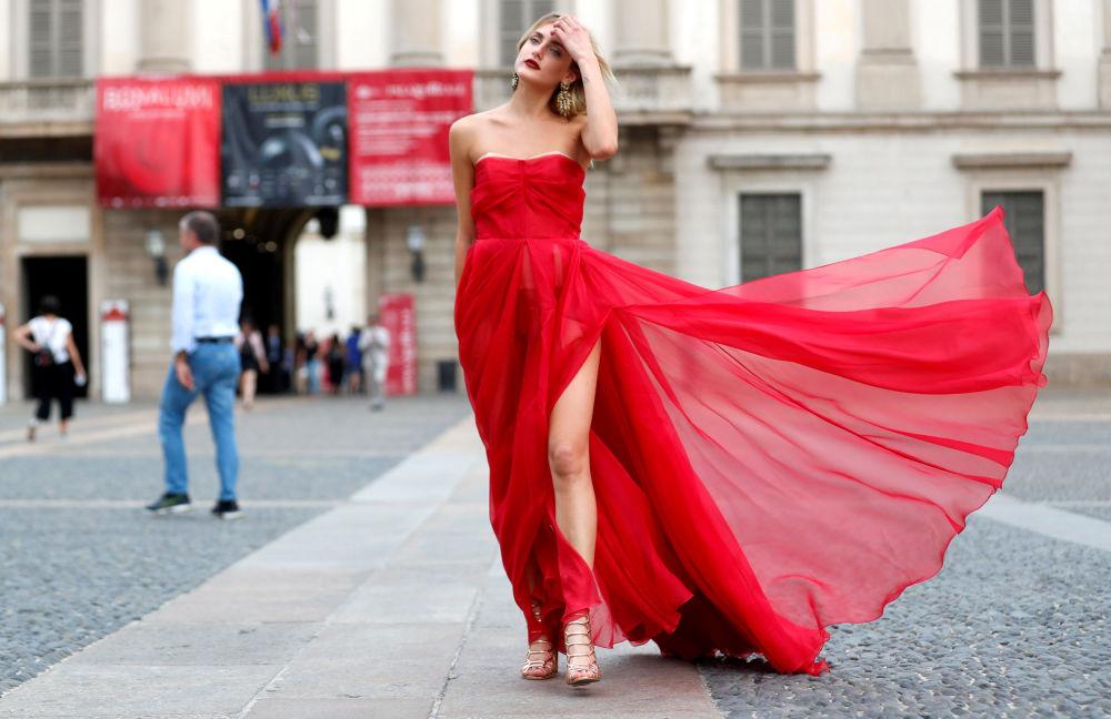 Los tejidos semitransparentes también se pondrán de moda. En la foto, un asistente a la Semana de la Moda antes de un desfile.