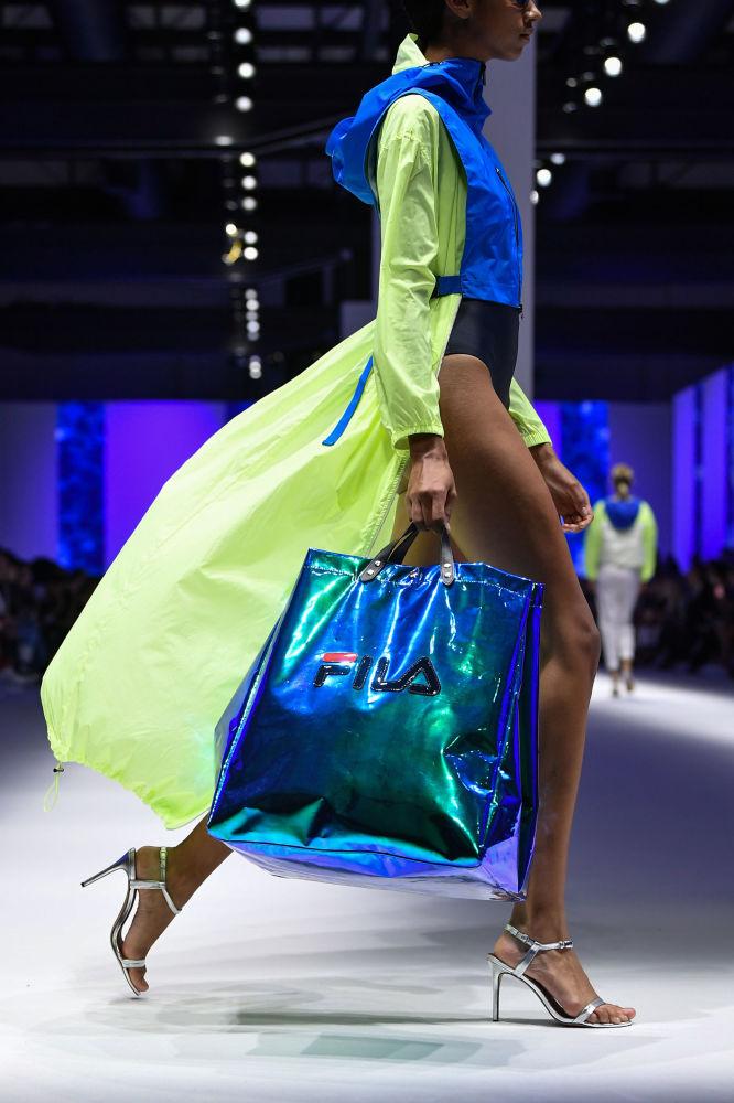A juzgar por las colecciones de este año, durante la próxima temporada se llevarán los colores vivos, como el neón. En la foto, una modelo desfila con la nueva colección de Fila durante la Semana de la Moda de Milán.