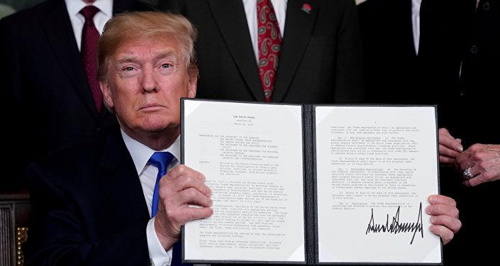 Donald Trump muestra un decreto para aplicar aranceles a producción china, el 12 de septiembre