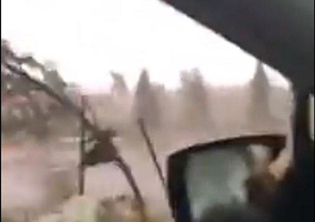 Una mujer atrapada en su auto por un tornado