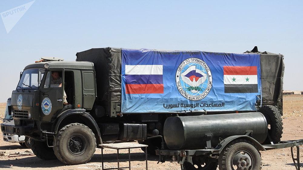 Un camión con banderas de Rusia y Siria