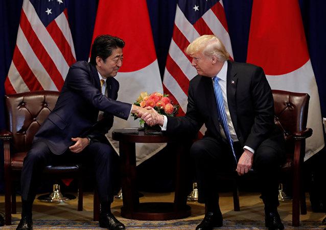 El primer ministro japonés, Shinzo Abe, y el presidente estadounidense, Donald Trump