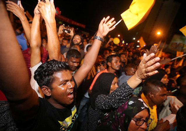 Los electores maldivos celebran la victoria de Ibrahim Mohamed Solih en elecciones presidenciales (archivo)