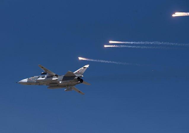 Su-24 ruso durante las maniobras
