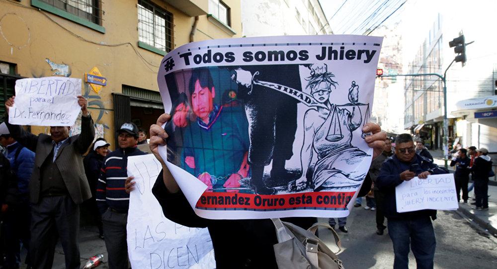 Los manifestantes con carteles demandan la libertad de un pediatra boliviano condenado