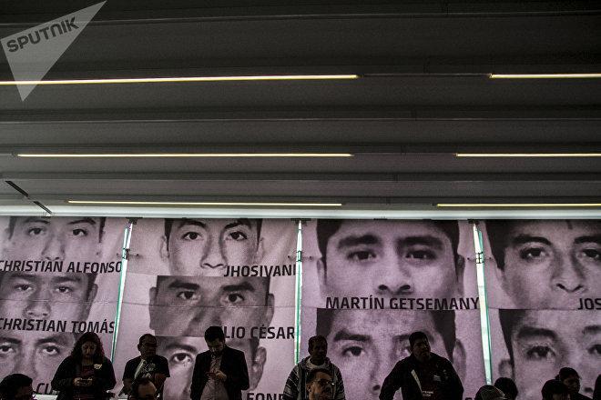 Conferencia de prensa tras la primera reunión del Comité de padres de los 43 con Andrés Manuel López Obrador, presidente electo de México