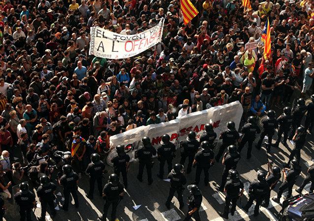 Enfrentamientos entre independentistas y policías en Barcelona