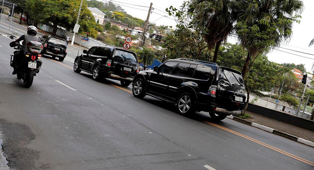 Un convoy de autos con el candidato presidencial de Brasil, Jair Bolsonaro, abandona el hospital Albert Einstein