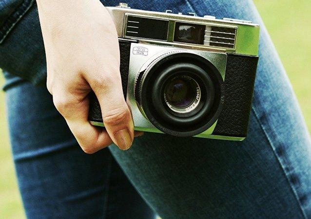 Una mujer con una cámara