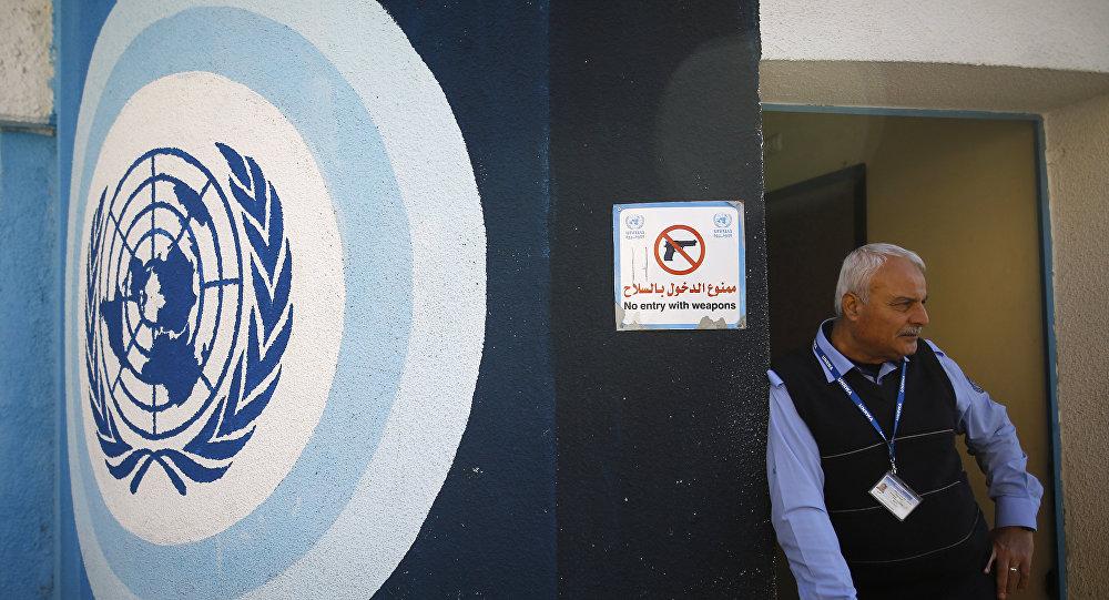 Un empleado de la UNRWA en la sede de la organización en Gaza (archivo)