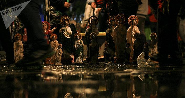 Un puesto de estatuillas de San Judas Tadeo en la Ciudad de México