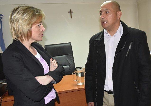El suboficial Rubén Darío Espínola y la abogada Sonia Kreischer (entrevistada) en el juzgado de Caleta Olivia (Santa Cruz)