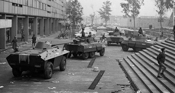 Vehículos blindados en la Plaza Tlatelolco, Ciudad de México, el 3 de octubre de 1968