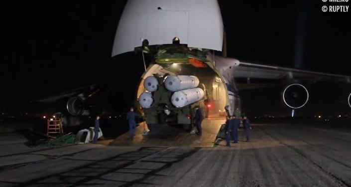El Ministerio de Defensa de Rusia muestra la descarga de los S-300 entregados a Siria