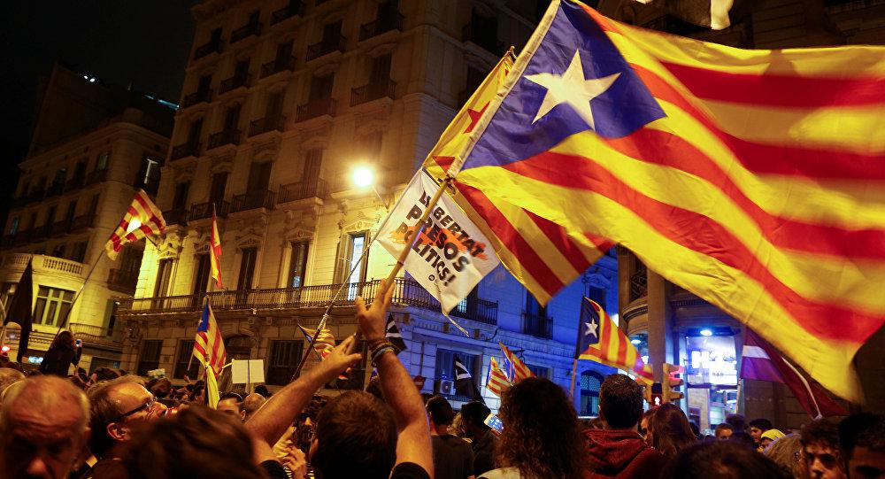 Los manifestantes ondean banderas separatistas catalanas en el primer aniversario del referéndum de independencia