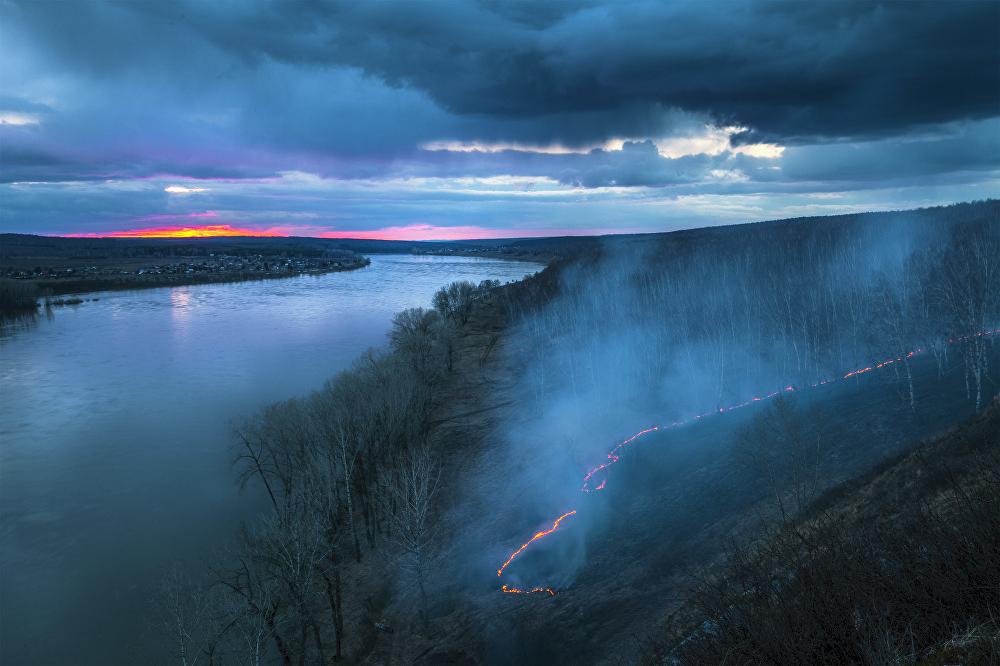 Andréi Vasílchenko fotografió un prado ardiente en la región de Kemérovo y así tituló su obra.