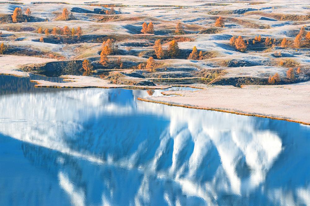 Vladislav Sokolovski fotografió su obra 'Los mundos paralelos' en la meseta Eshtykel, situada en la república rusa de Altái.