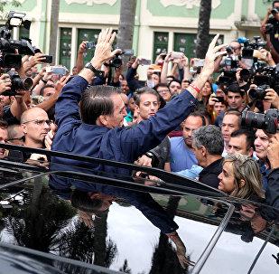 Jair Bolsonaro, candidato a la Presidencia de Brasil, posa para los periodistas, tras votar en Río de Janeiro