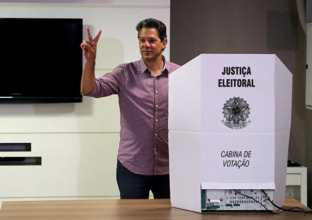 Fernando Haddad, candidato a la Presidencia de Brasil, tras votar en las elecciones