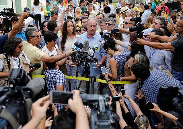 Ciro Gomes, candidato a la Presidencia de Brasil, habla con los periodistas tras votar