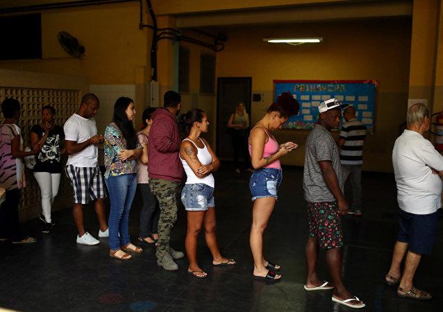 Brasileños hacen cola para votar