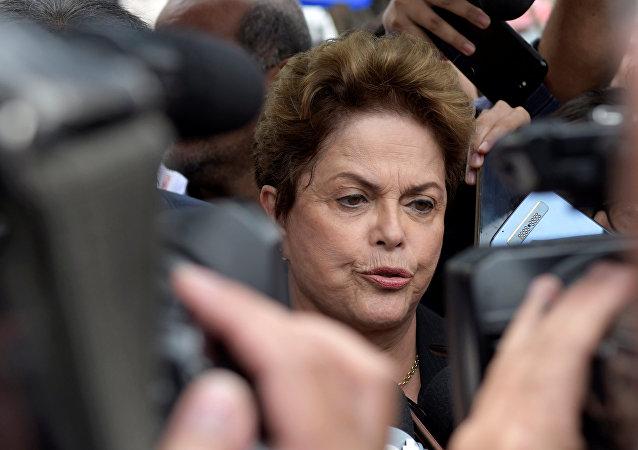 Dilma Roussef, expresidenta de Brasil, habla con los periodistas antes de votar