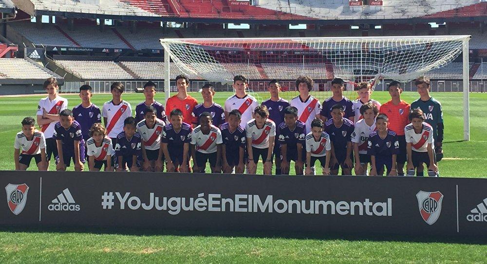 Los niños tailandeses y los jóvenes de la escuela de fútbol Ángel Labruna