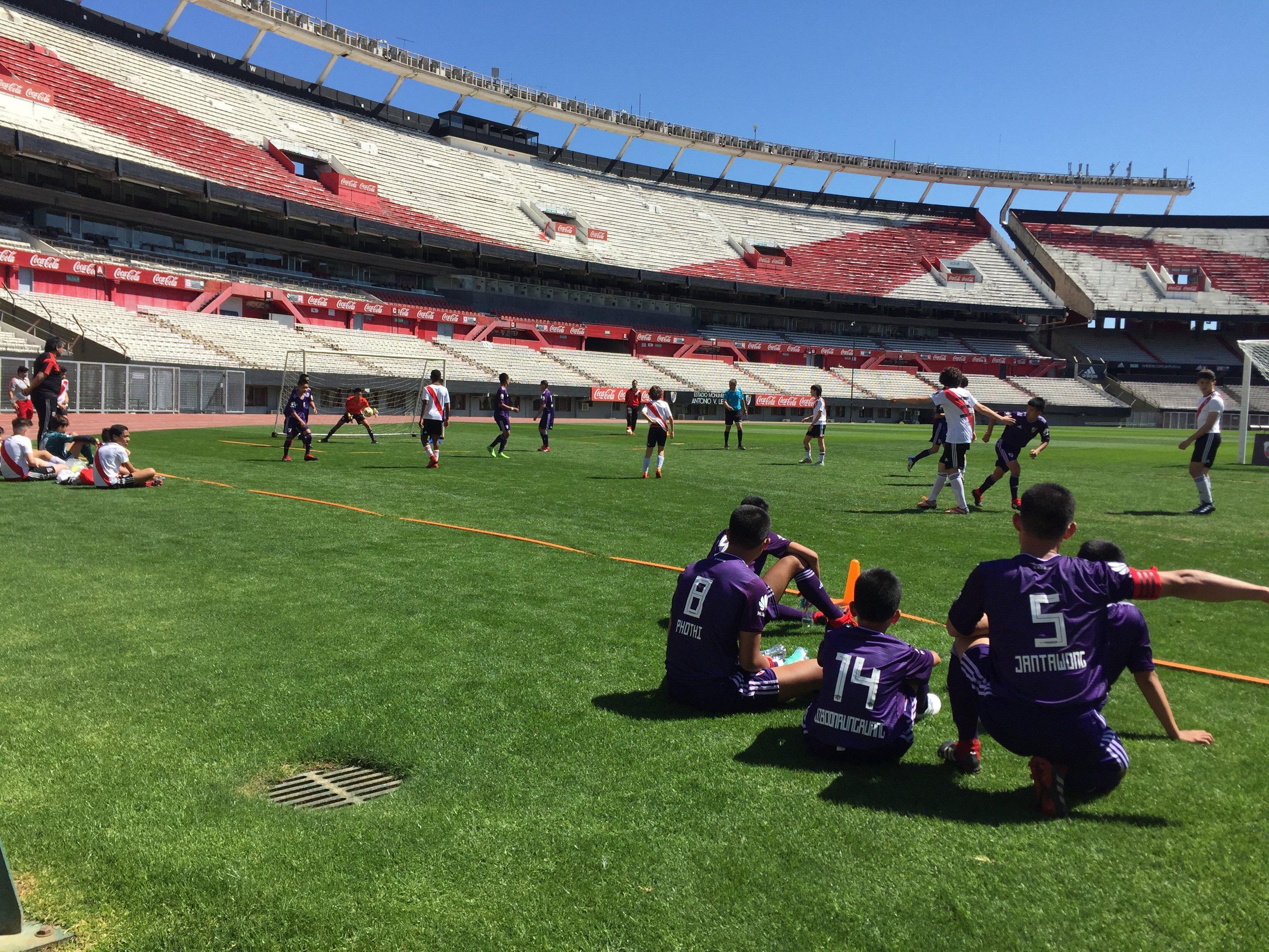 Los niños tailandeses juegan un amistoso en el Estadio Monumental del club River Plate