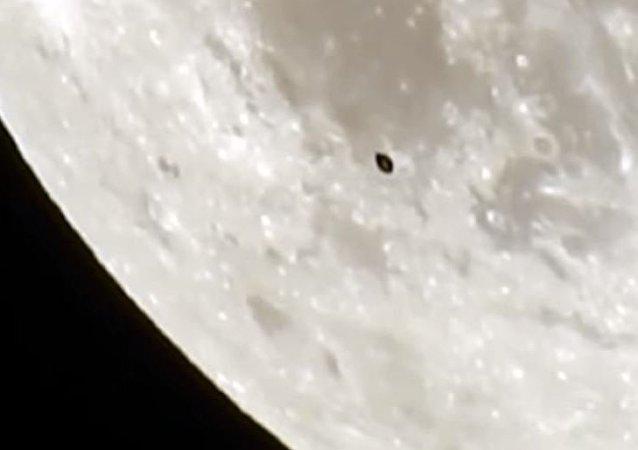 Un misterioso óvalo negro cerca de la Luna