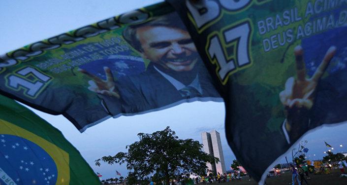 Carteles con imagen del candidato presidencial brasileño, Jair Bolsonaro