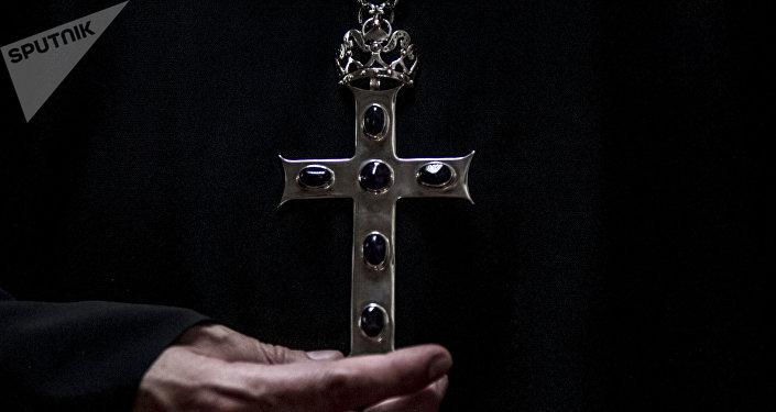 Archimandrita Nektariy Hajji-Petropoulos de la Iglesia Ortodoxa Rusa en la Ciudad de México, posa para foto