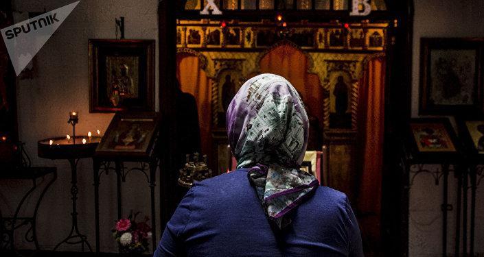 Mujer creyentes de la Iglesia Ortodoxa Rusa en la Ciudad de México durante el oficio religioso en la colonia Cuauhtémoc