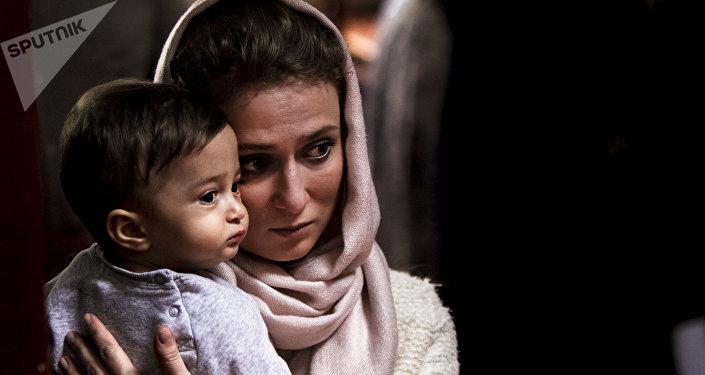 Mujer con su bebé en la Iglesia Ortodoxa Rusa en la  Ciudad de México durante uno de los oficios religiosos