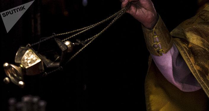 Incienso expandido por el Archimandrita Nektariy Hajji-Petropoulos de la Iglesia Ortodoxa Rusa en la Ciudad de México durante uno de los oficios religiosos