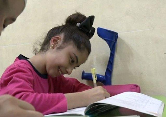 Una niña siria a la que le implantaron en Rusia prótesis en piernas vuelve a la escuela