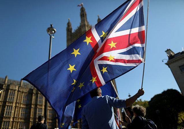 Una bandera de la Unión Europea y el Reino Unido